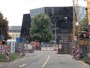 Freiburg-schwierige_Anlieferung_zur _Universitätskirche